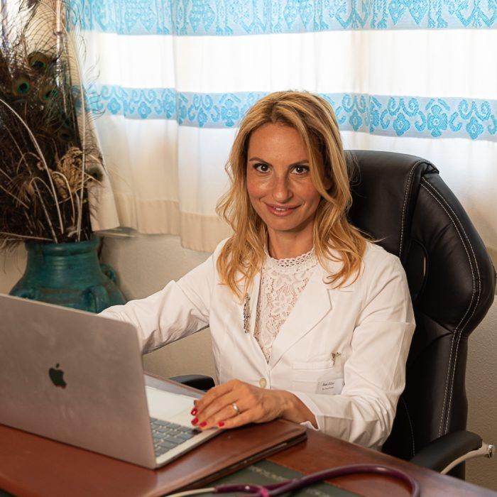 Dottoressa in ufficio al computer