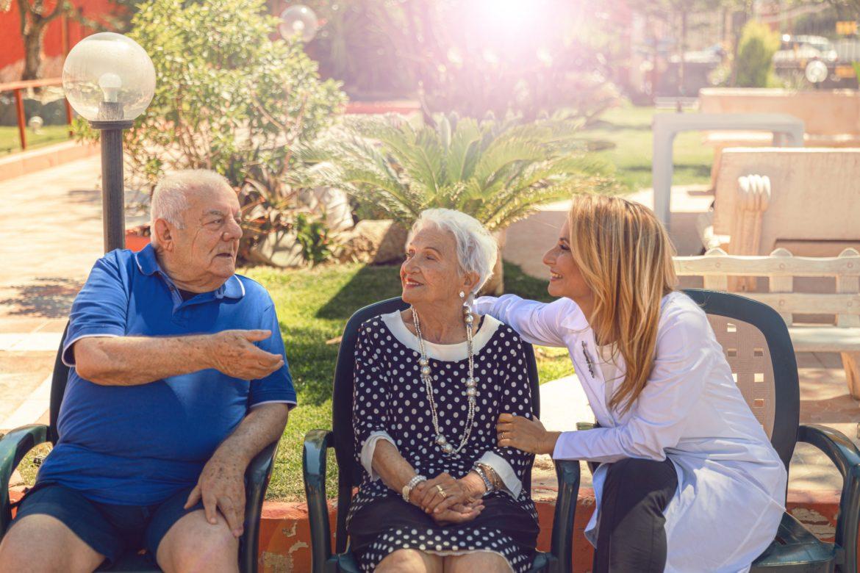 Due anziani seduti che parlano con la dottoressa Murru